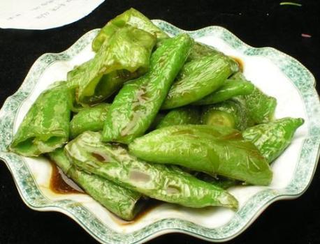 虎皮青椒怎么做,虎皮青椒,有人先放油,有人先放盐?厨师:学会正确做法,才好吃