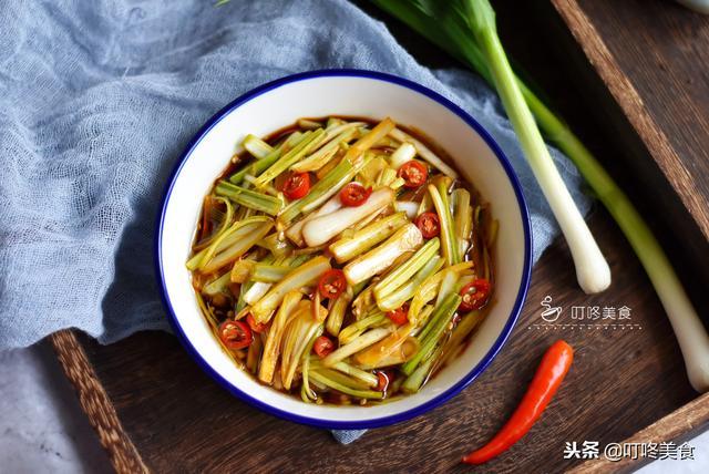 蒜苗怎么做好吃,蒜苗别只会当配菜了,这样做最好吃,开胃又下饭,2分钟做一盘