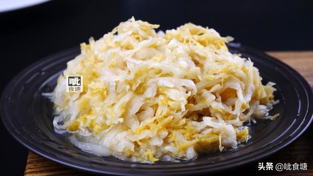 四川酸菜的吃法,东北的酸菜不同于贵州四川的,和它炖一起,酸香鲜美是我的最爱