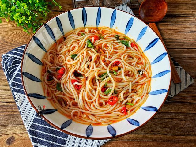 湿粉的吃法,夏天我家最馋这碗面,10分钟煮一锅,酸爽开胃,全家都喜欢,香