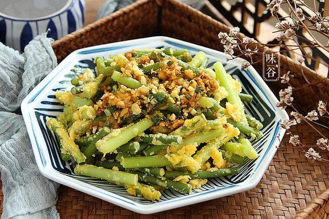 久战三子丹的吃法,天热,没胃口就做这食材吃,简单一拌一蒸,浇上料汁,低脂又美味