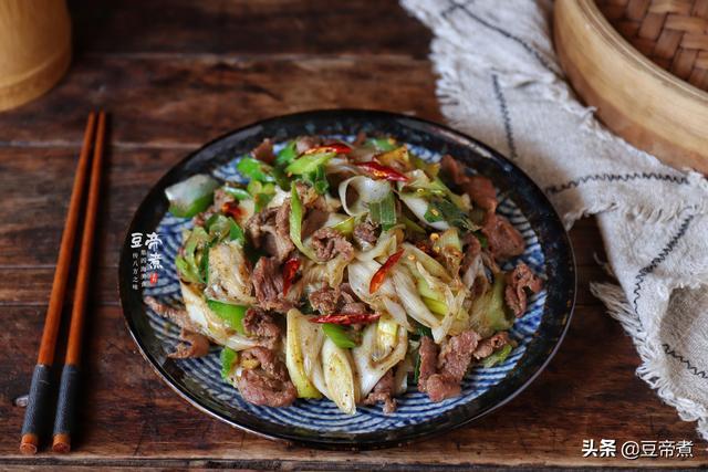 葱羊肉的做法,一斤大葱8块钱,只敢买一根和羊肉炒着吃,葱香肉嫩特下饭,好吃