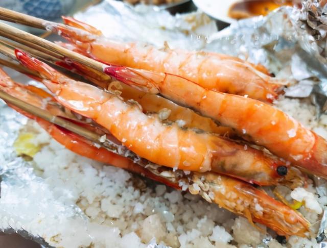 盐的吃法,虾不用煮,把盐炒热撒在虾身上,记住这个配方,比红烧虾好吃