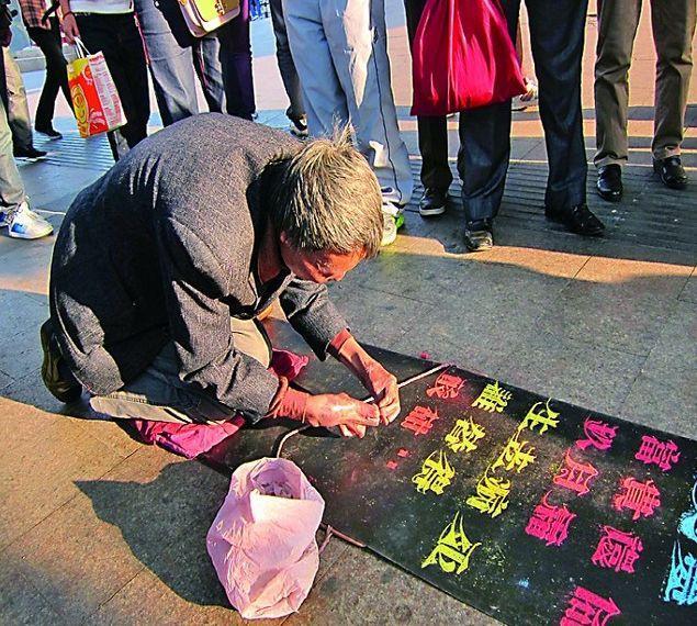 姓崔的名人,双手残疾后,崔显仁苦练10年粉笔字,被发掘后年赚百万元不等