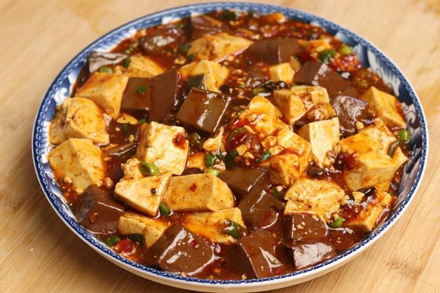 鸭血怎么做好吃,鸭血烧豆腐这样做实在太香了,简单又开胃,比饭店做的都好吃
