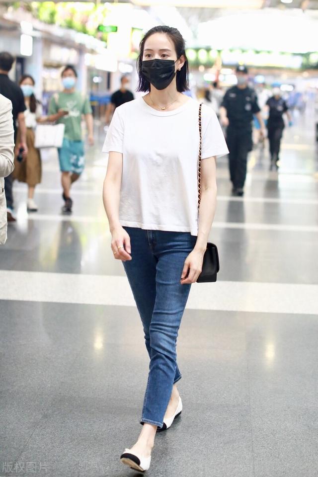 张钧甯图片,机场街拍:张钧甯白色T恤+牛仔裤+芭蕾平底鞋简单干净