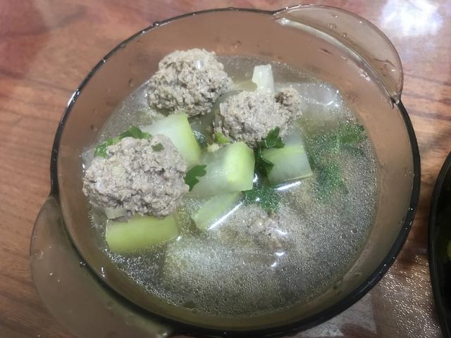 羊肉丸子汤的做法,天津人爱吃美食,冬天吃羊肉丸子汤!想吃不会做?