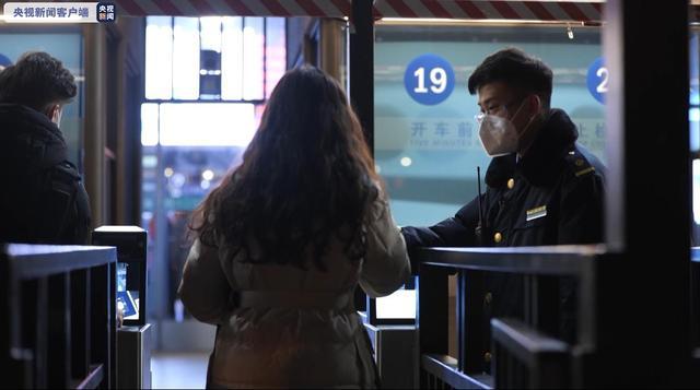 """检票员:回家了变""""串门子""""想跟随火车一起回来"""