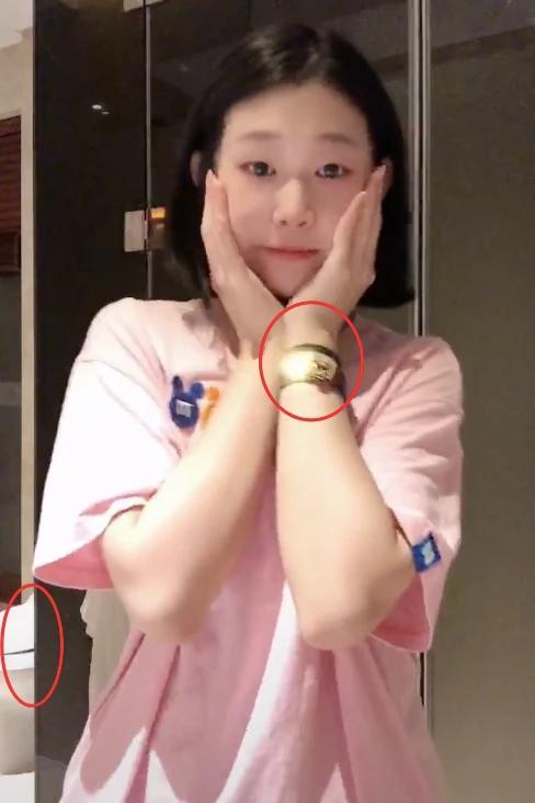 八字眉女孩,小沈阳14岁女儿太早熟,化浓妆用大牌,戴4千爱马仕手链太豪