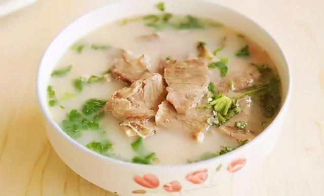 羊肉汤的做法,炖羊肉汤,用开水还是用冷水?牢记正确做法,羊汤浓白鲜香无膻味