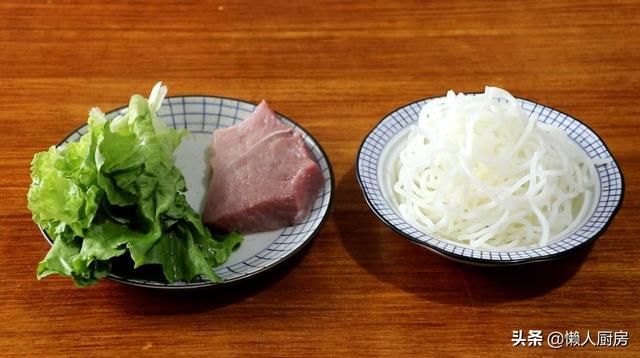 炒粉的做法,这是家常版米粉的做法,肉酱和榨菜是关键,咸香美味,吃着不腻