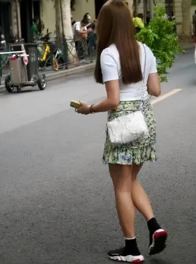 上海菜市场外,女子将新买的芹菜扔到垃圾桶,只留下了品牌纸袋 全球新闻风头榜 第5张