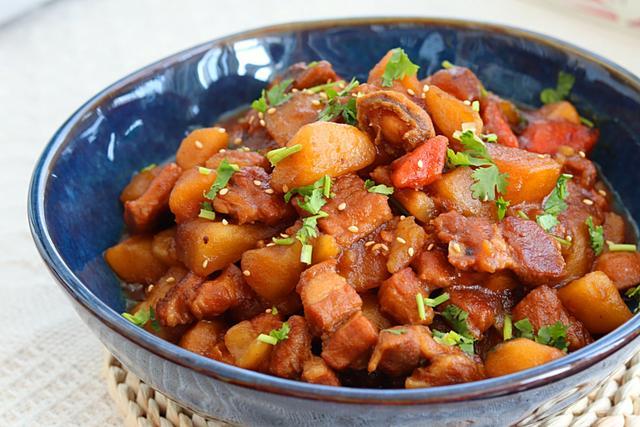 土豆红烧肉的做法,小鲍鱼红烧肉炖土豆,超级下饭哟!喜欢来看看,详细的做法交给你