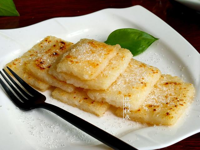 糍粑的吃法,糯米糍粑,2碗糯米简单一蒸,逆天美味!从小到大20多年没吃够
