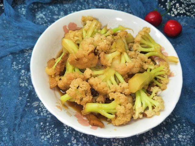 花菜怎么做好吃,炒菜花时,直接下锅易夹生,多加1步,菜花香嫩好吃