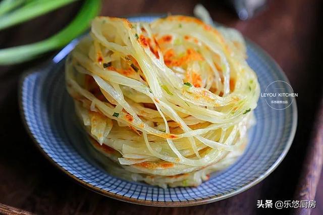 葱油饼的家常做法,几个剩饺子皮,一把葱花,简单几步,烙一锅丝丝分明的饼