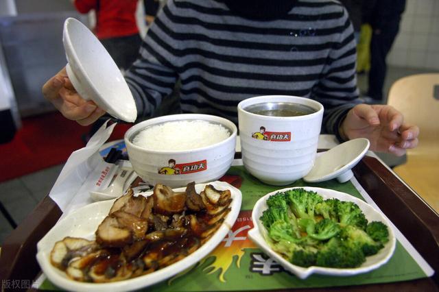 """市场营销案,江西夫妻开快餐店,利用""""半价吃饭"""",3个月赚了40万,方法易学"""