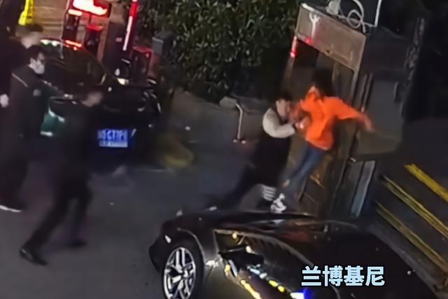 女子酒后爬豪车蹦迪致车损28万 这………估计酒醒得悔青肠子!