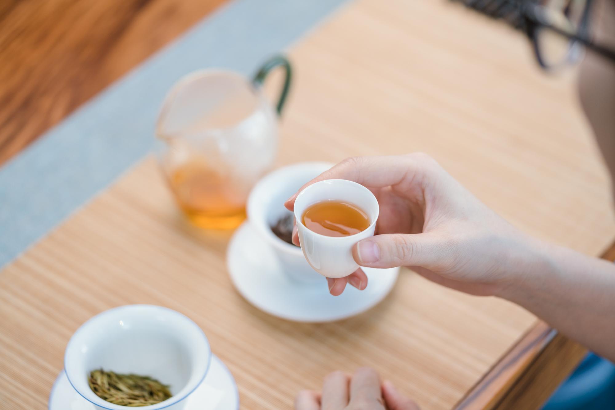 小喜年-同一品种的茶叶制成的红茶和绿茶,哪个更耐泡?