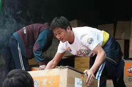 吴京在汶川地震时给灾民搭建帐篷 亲身前往灾区救援,送物资让人感动