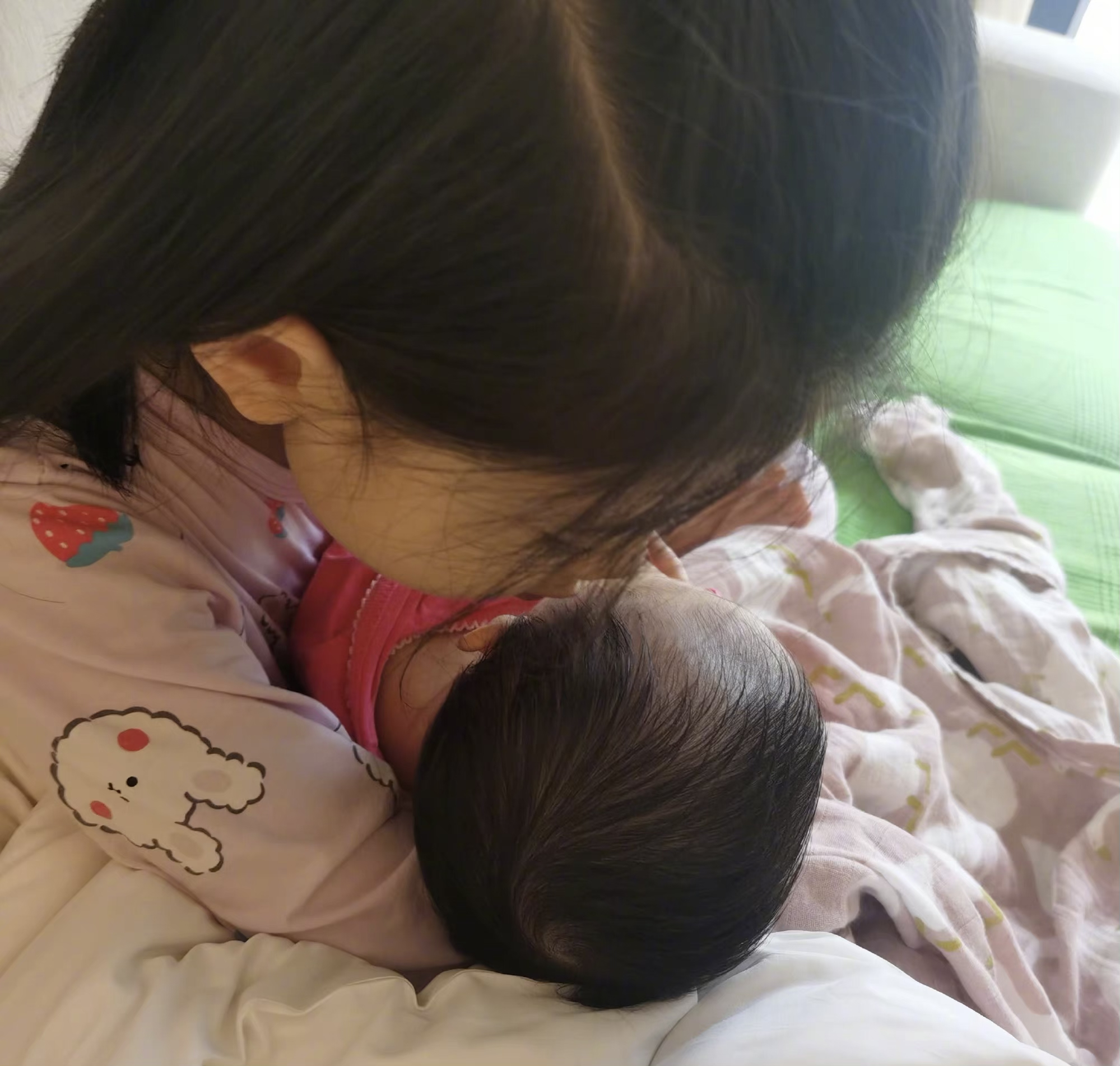 张梓琳官宣二胎得女!怀抱女儿满眼爱意 产后状态绝了