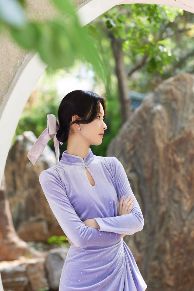 陈都灵紫色丝绒look 化身动漫少女