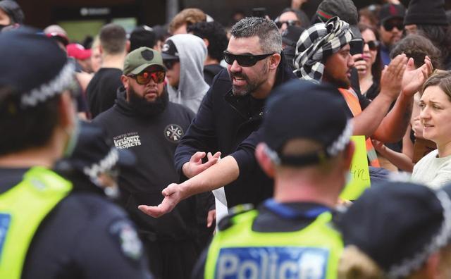 澳大利亚乱了!澳警方被抗议者撞倒在地并被踩踏,已抓数百人