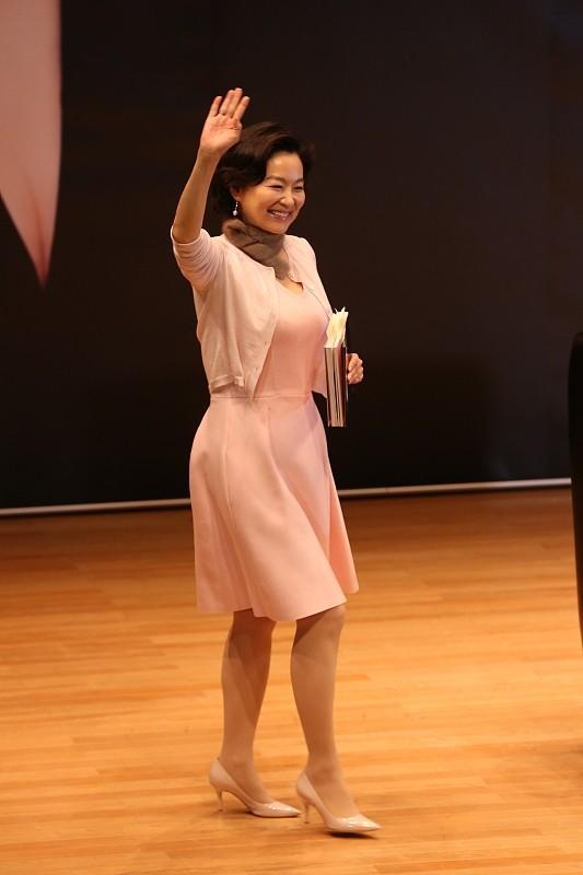 林青霞固然大了朱茵16岁,但穿上优雅的短裙,显得年轻很多1430 作者:admin 帖子ID:21634