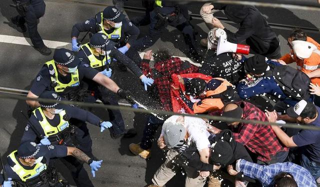 一片混乱!建筑工人公开抗议澳大利亚政府,70多岁老人也参加活动