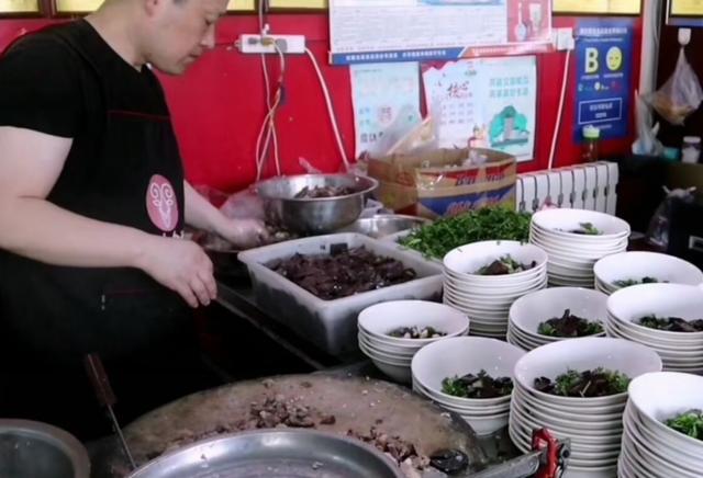 山東小縣城的羊肉湯,一口大鐵鍋煮10頭羊,25元一碗,客人排隊吃