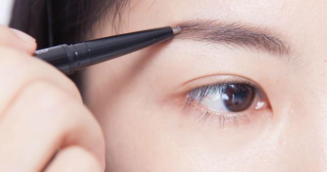 建议四五十岁的女人,化妆时别犯这4个错误,容易显老还没气质