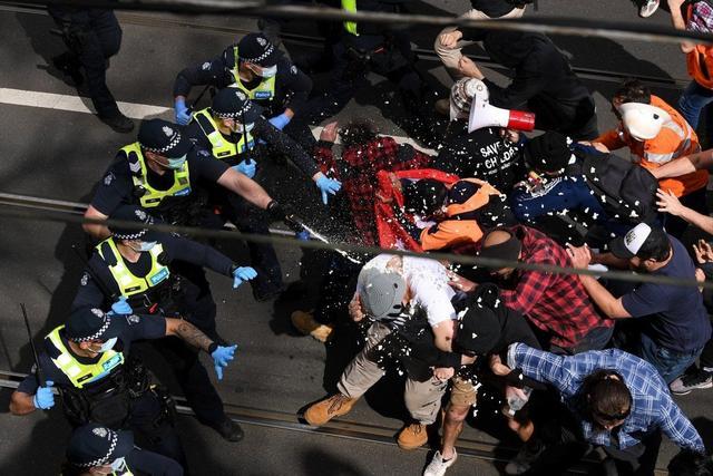 澳大利亚警察被打骨折,美国国会再生暴乱,美债危机带来新风险