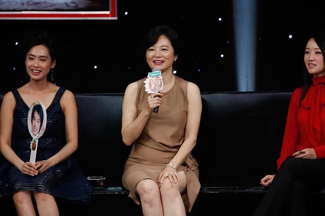 林青霞固然大了朱茵16岁,但穿上优雅的短裙,显得年轻很多7393 作者:admin 帖子ID:21634