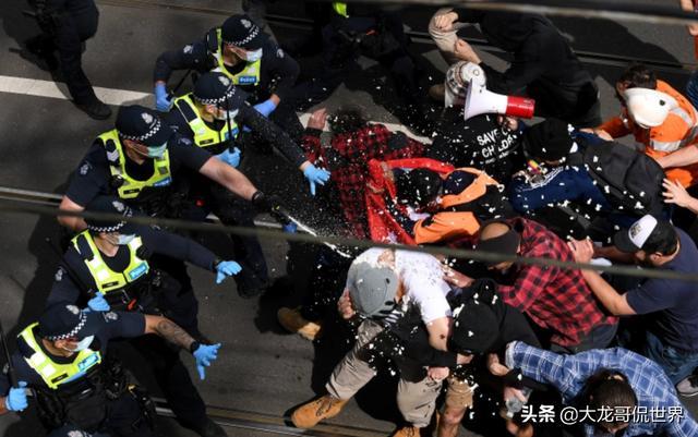 澳大利亚乱了!警察被抗议者撞倒在地并被踩踏,已抓数百人