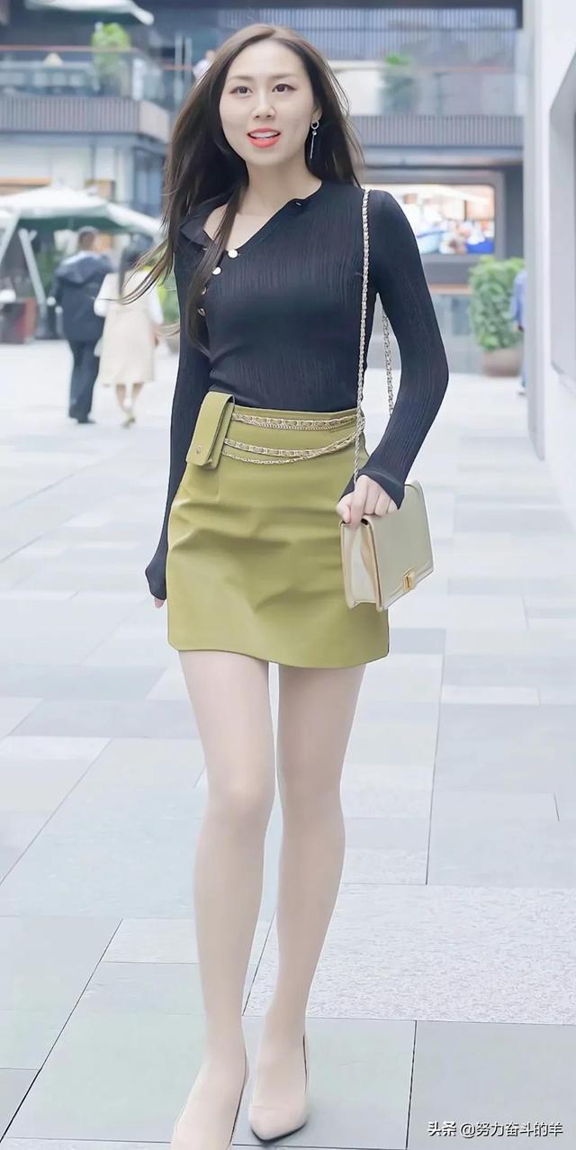 黑色修身上衣与米黄色包臀裙,让小姐姐尽显迷人身段