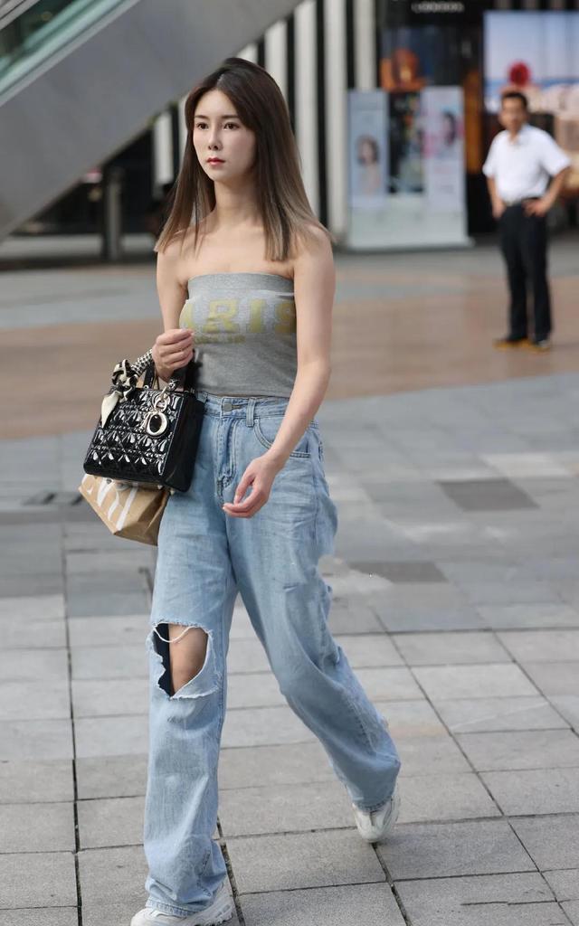 看街拍 学搭配:15组Dior 戴妃包穿搭示范 哪套最吸睛?