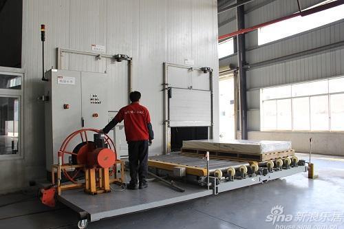 新浪家居评测团走进大自然强化木地板工厂