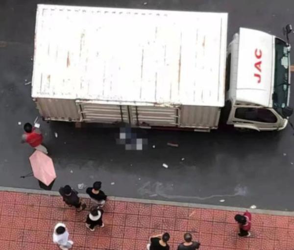 女生被快递车撞死事件经过披露,校内为何会有大货车?