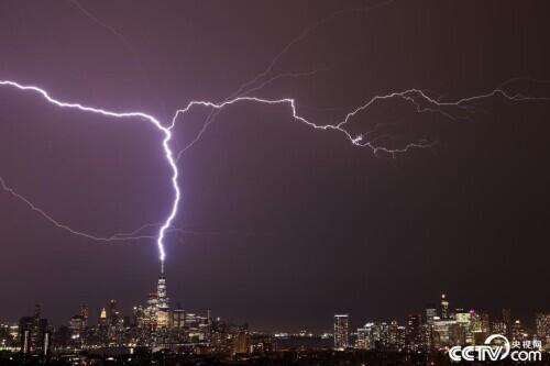 纽约世贸中心一号楼遭雷击