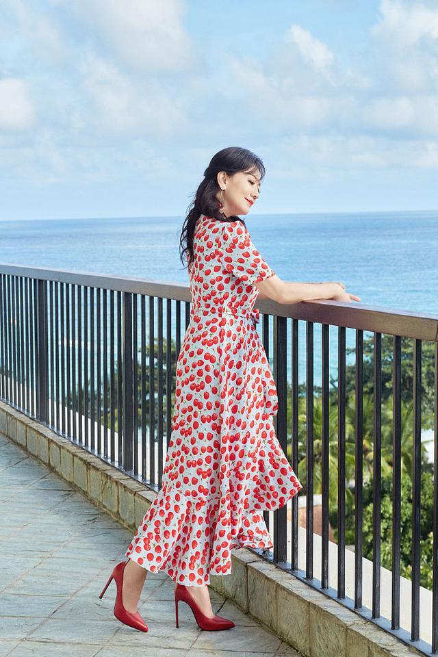 赵雅芝海边度假大片释出甜蜜可人 穿波点红裙笑容粲然似仙女5116 作者:admin 帖子ID:23438
