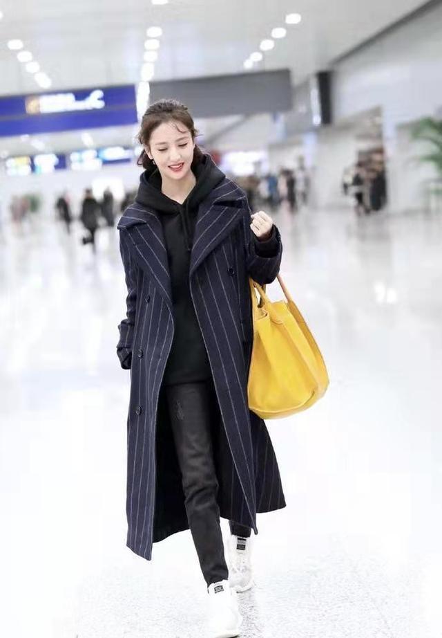 """佟丽娅短发好美,烫""""大妈卷""""也不显老气,穿深色大衣仍有少女感9148 作者:admin 帖子ID:23447"""