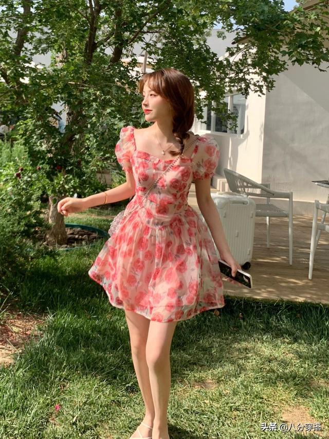 小個子女生秋天怎麽穿?衛衣搭配半身裙減齡俏皮,活力十足