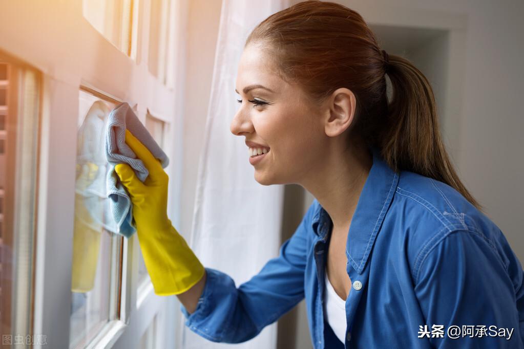 擦玻璃用什么擦最干净小妙招 家用玻璃清洁剂配方