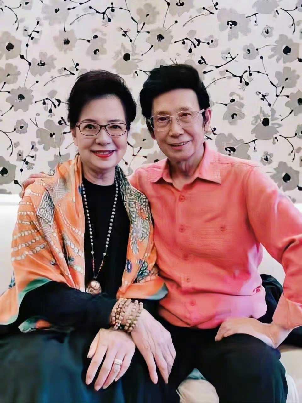 陈数陪父母过重阳节,78岁母亲皮肤紧致,手上5串珠子显贵妇气质