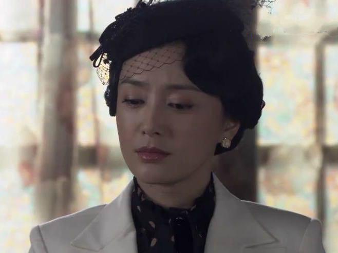 追求者众多?41岁秦岚女神依旧,用林志玲语录趣答:是时间在追我