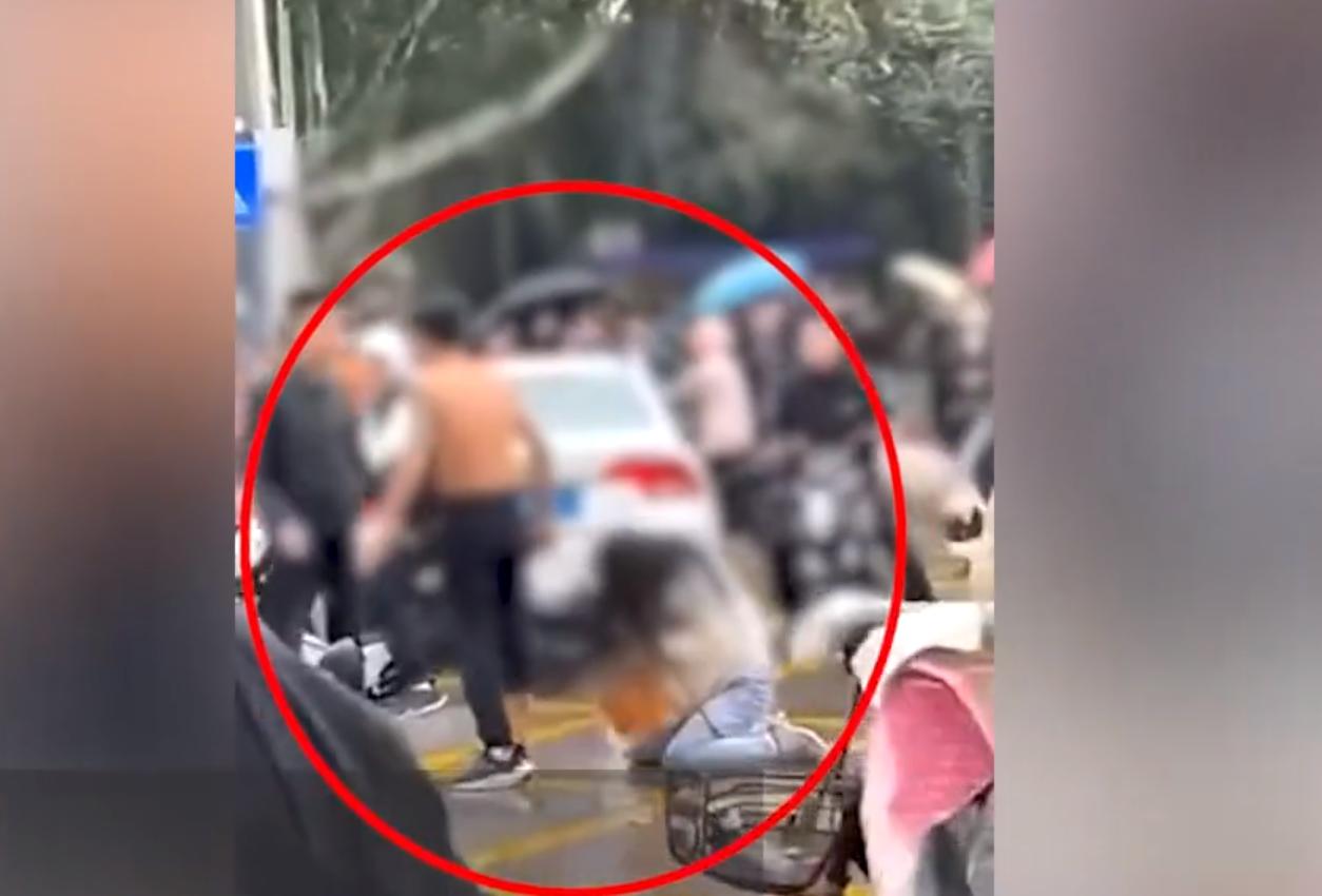 山东一女学生被数名男子围殴,扯头发摸脸调戏,知情人:疑因感情纠纷