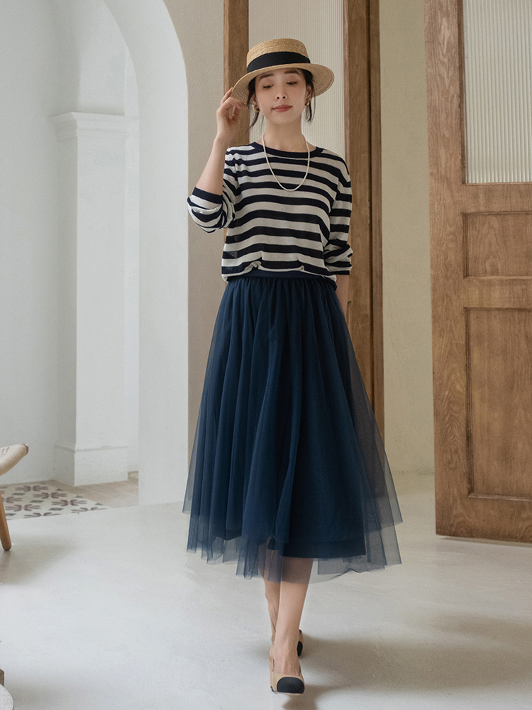 終於把條紋襯衫的「穿搭精髓」穿出來了!搭配薄紗半身裙,真檔次 形象穿搭 第3張
