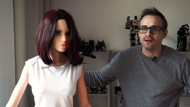 """实体娃娃专家宣称:自制的伴侣机器人""""萨曼莎""""拯救了他的婚姻"""