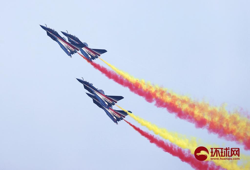 「图集」空军八一飞行表演队国庆节拉彩烟为祖国庆生