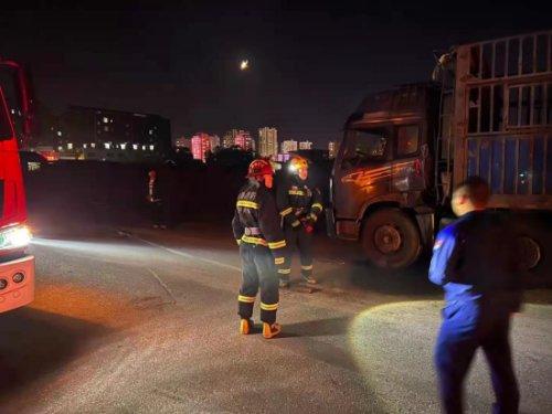 货车被撞柴油外漏,东港民警紧急处置消除隐患
